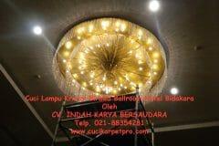 cuci-lampu-kristal-birawa-ballroom-02