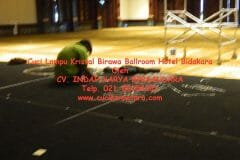 cuci-lampu-kristal-birawa-ballroom-18