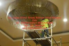 cuci-lampu-kristal-birawa-ballroom-22
