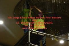 cuci-lampu-kristal-birawa-ballroom-30