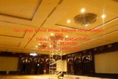 cuci-lampu-kristal-birawa-ballroom-42