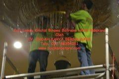 cuci-lampu-kristal-birawa-ballroom-46