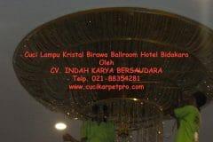 cuci-lampu-kristal-birawa-ballroom-50
