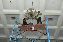 cuci-lampu-kristal-hari-kedua-andrawina-ballroom-gedung-antam-03