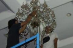 cuci-lampu-kristal-hari-kedua-andrawina-ballroom-gedung-antam-04