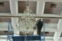 cuci-lampu-kristal-hari-keempat-andrawina-ballroom-gedung-antam-12