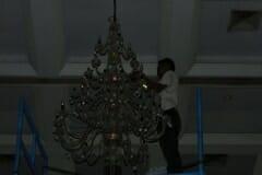 cuci-lampu-kristal-hari-keempat-andrawina-ballroom-gedung-antam-16