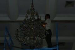 cuci-lampu-kristal-hari-keempat-andrawina-ballroom-gedung-antam-17