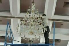 cuci-lampu-kristal-hari-keempat-andrawina-ballroom-gedung-antam-18