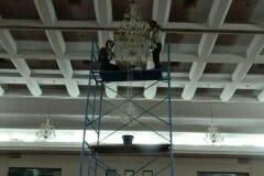 cuci-lampu-kristal-hari-keempat-andrawina-ballroom-gedung-antam-21