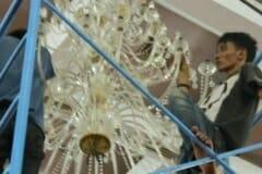 cuci-lampu-kristal-hari-keempat-andrawina-ballroom-gedung-antam-27