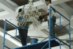 cuci-lampu-kristal-hari-kelima-andrawina-ballroom-gedung-antam-01