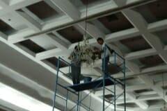 cuci-lampu-kristal-hari-kelima-andrawina-ballroom-gedung-antam-02