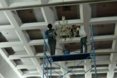cuci-lampu-kristal-hari-kelima-andrawina-ballroom-gedung-antam-03