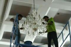 cuci-lampu-kristal-hari-kelima-andrawina-ballroom-gedung-antam-04