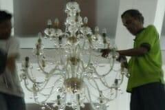 cuci-lampu-kristal-hari-kelima-andrawina-ballroom-gedung-antam-05