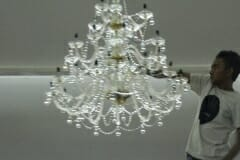 cuci-lampu-kristal-hari-kelima-andrawina-ballroom-gedung-antam-09