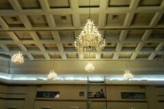 cuci-lampu-kristal-hari-kelima-andrawina-ballroom-gedung-antam-14