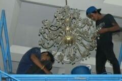 cuci-lampu-kristal-andrawina-ballroom-gedung-antam-05
