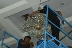 cuci-lampu-kristal-andrawina-ballroom-gedung-antam-06