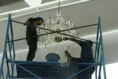 cuci-lampu-kristal-andrawina-ballroom-gedung-antam-09