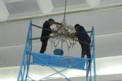 cuci-lampu-kristal-andrawina-ballroom-gedung-antam-11