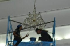 cuci-lampu-kristal-andrawina-ballroom-gedung-antam-12