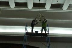 cuci-lampu-kristal-andrawina-ballroom-gedung-antam-hari-1-01