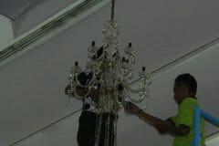 cuci-lampu-kristal-andrawina-ballroom-gedung-antam-hari-1-29