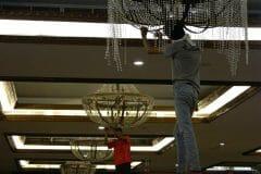 cuci-lampu-kristal-gedung-graha-dirgantara-halim-16