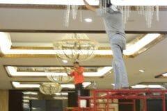 cuci-lampu-kristal-gedung-graha-dirgantara-halim-18