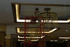 cuci-lampu-kristal-gedung-graha-dirgantara-halim-24