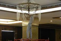 cuci-lampu-kristal-gedung-graha-dirgantara-halim-26