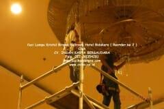 cuci-lampu-kristal-hotel-bidakara-11