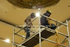 cuci-lampu-kristal-hotel-bidakara-21