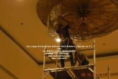 cuci-lampu-kristal-hotel-bidakara-45