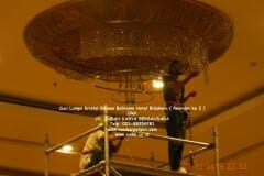 cuci-lampu-kristal-hotel-bidakara-60