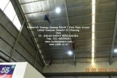 jasa-rope-access-pembersih-sawang-sawang-pabrik-01