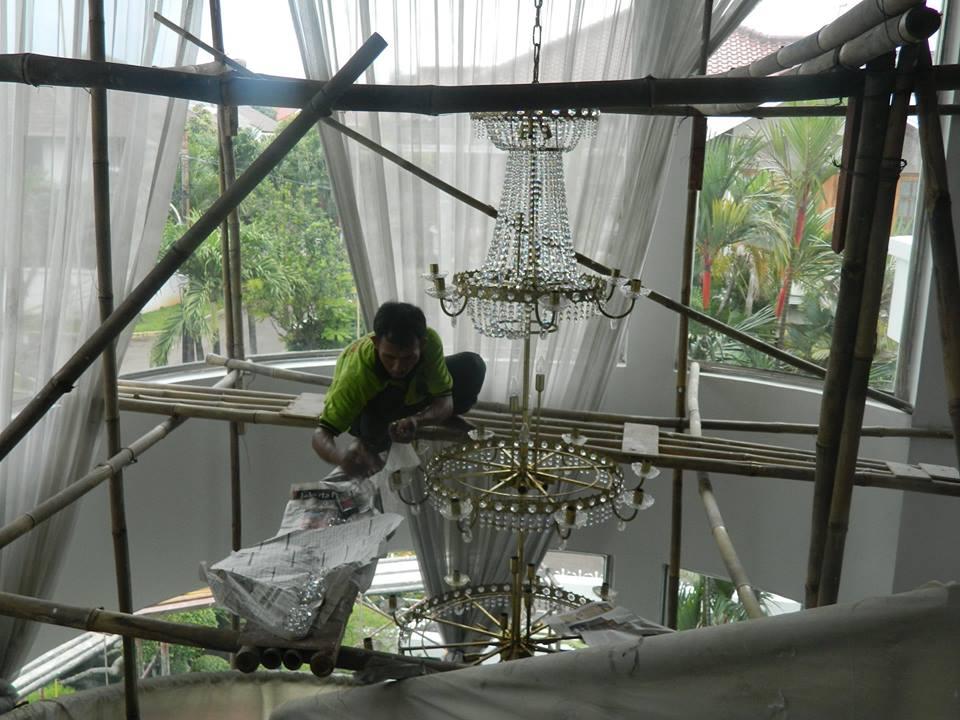 cuci-lampu-kristal-bapak-alex-03