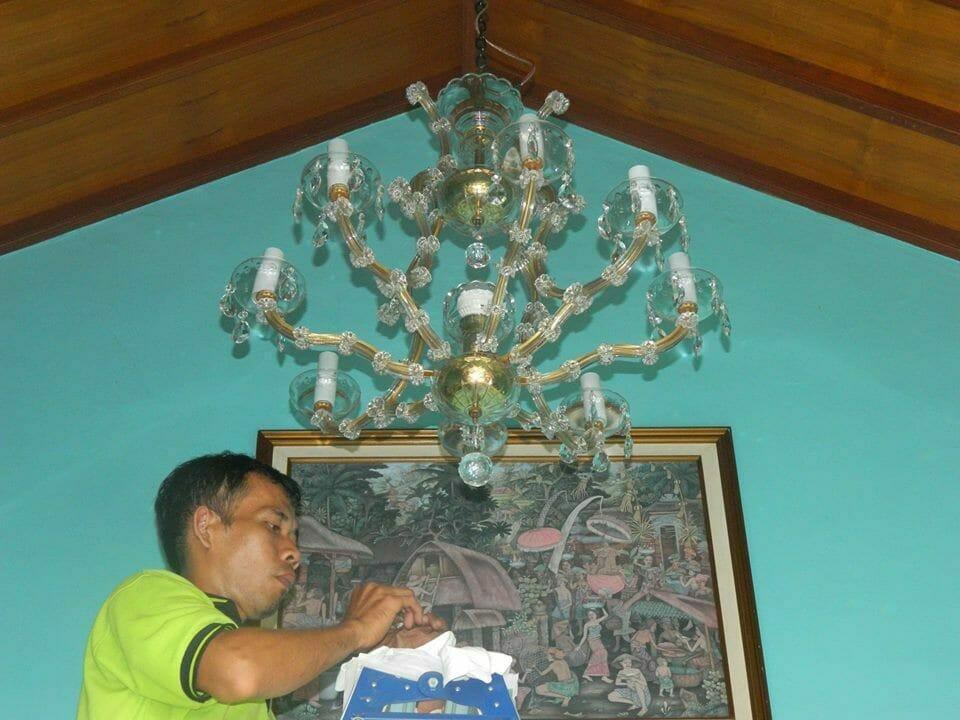 cuci-lampu-kristal-bapak-joko-18