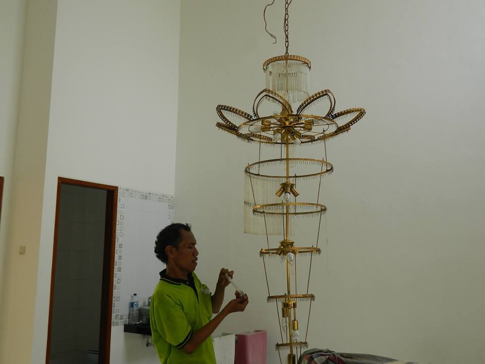 cuci-lampu-kristal-bapak-musa-10