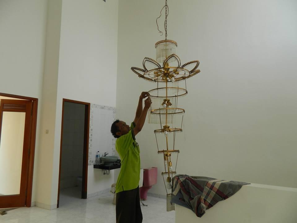 cuci-lampu-kristal-bapak-musa-11