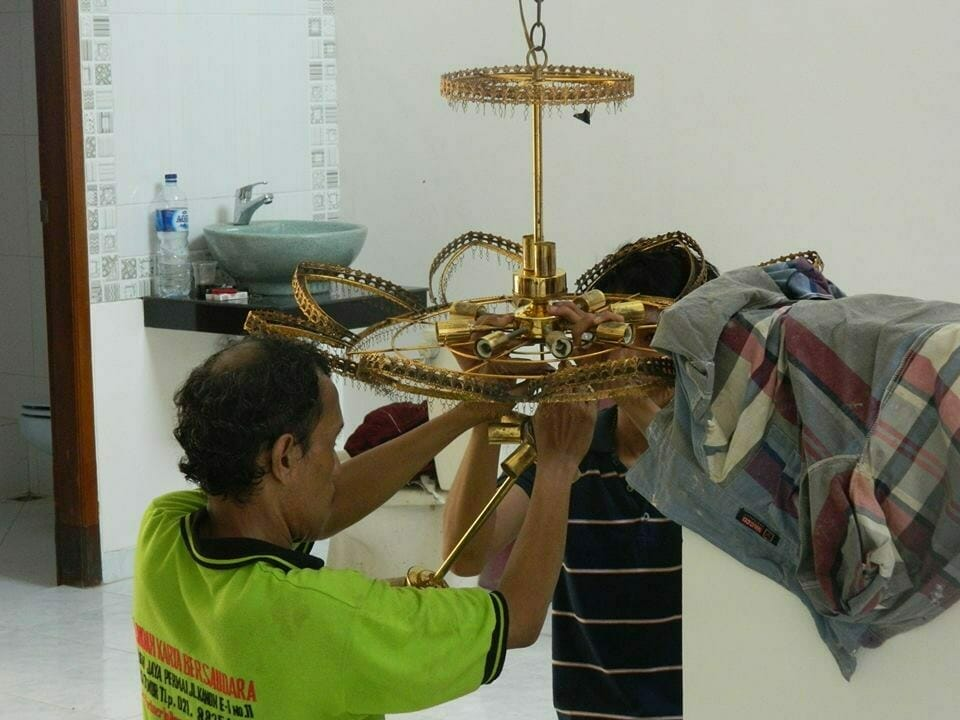 cuci-lampu-kristal-bapak-musa-12