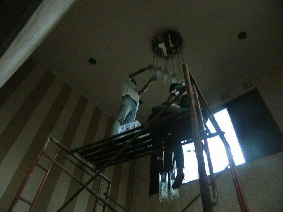 cuci-lampu-kristal-bapak-sonny-03