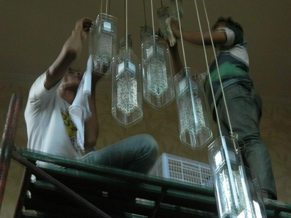 cuci-lampu-kristal-bapak-sonny-04