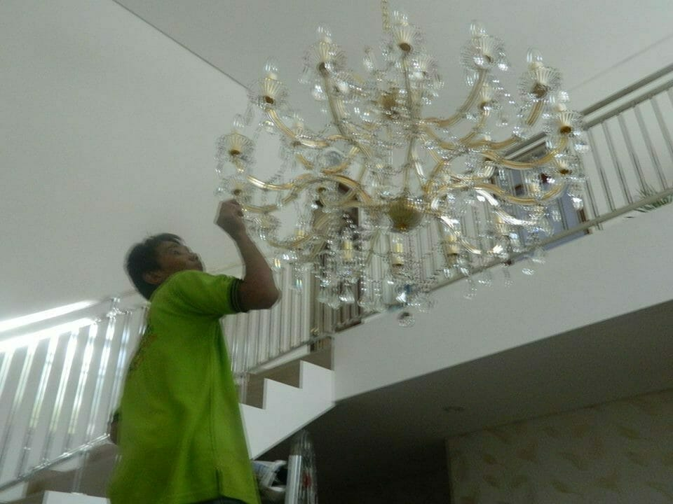 cuci-lampu-kristal-bapak-yanto-02