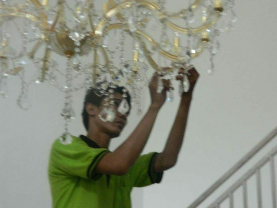 cuci-lampu-kristal-bapak-yanto-03
