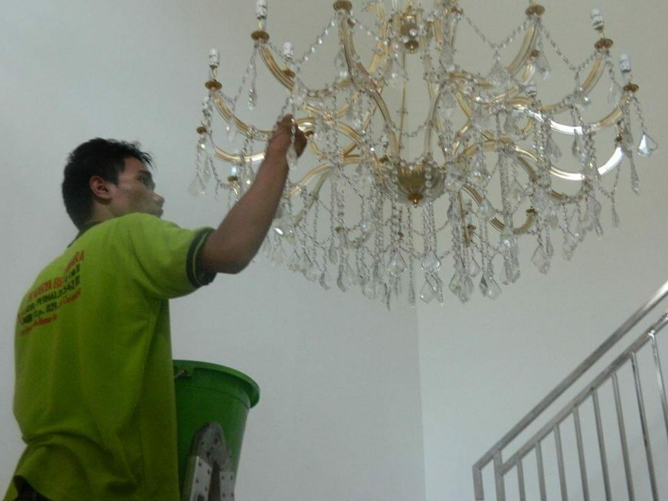 cuci-lampu-kristal-bapak-yanto-05
