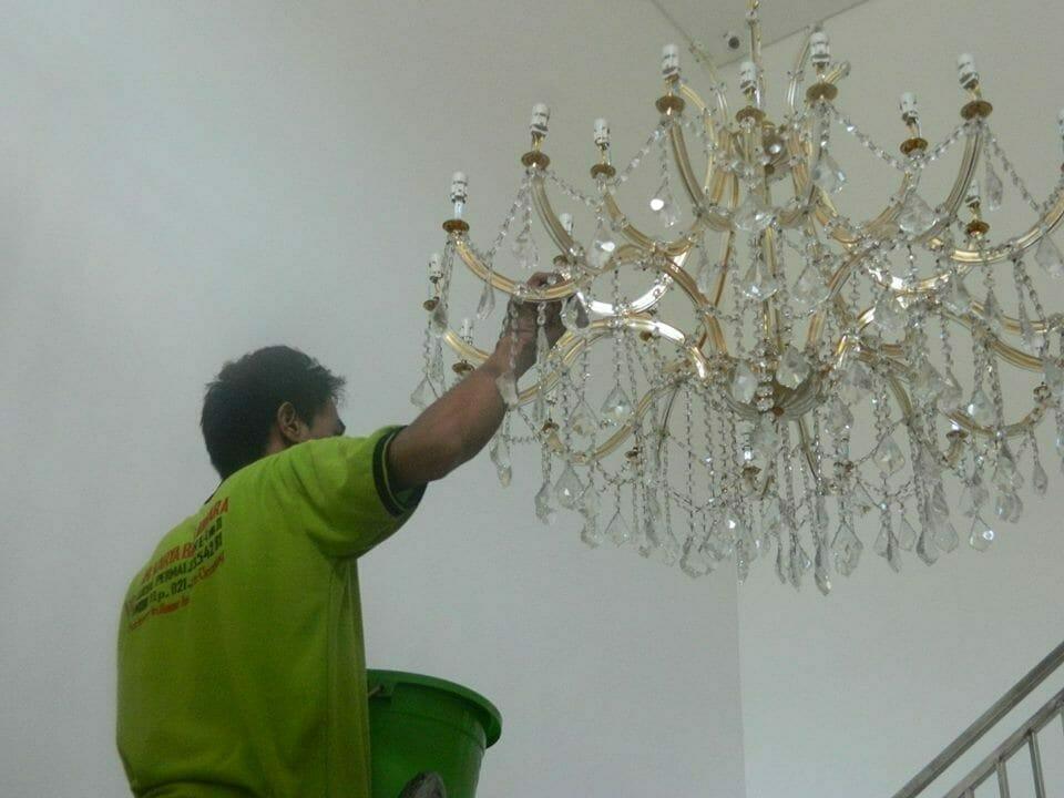 cuci-lampu-kristal-bapak-yanto-06