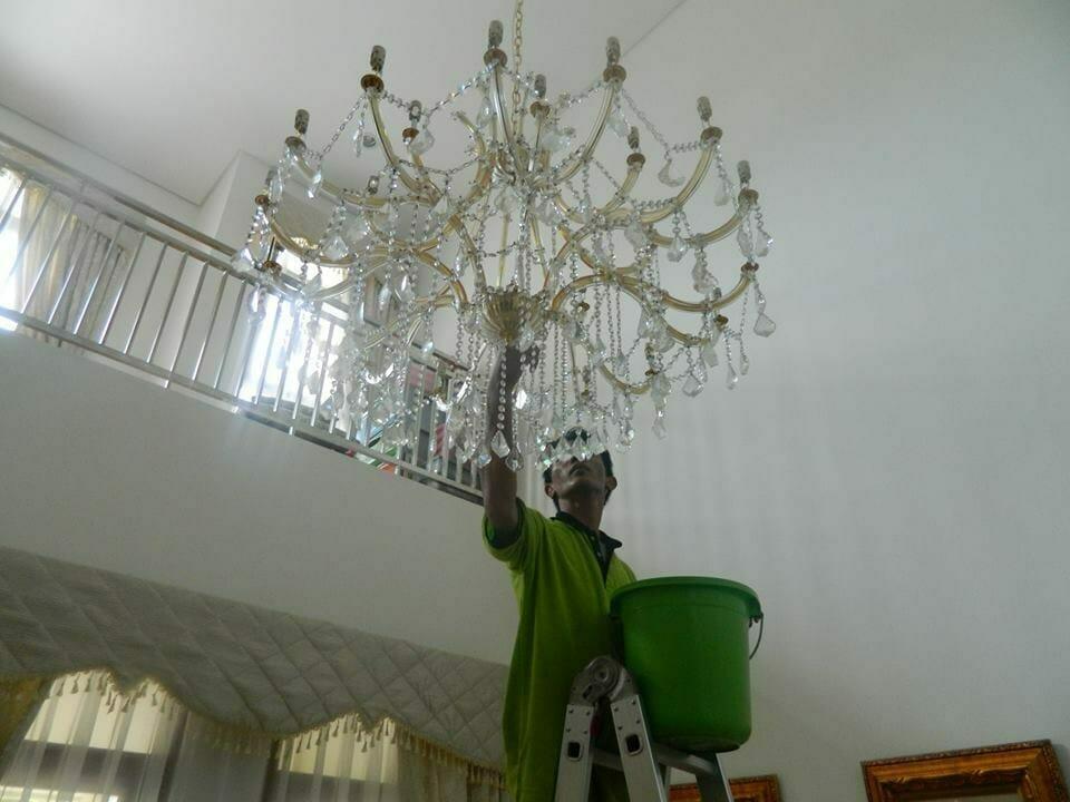 cuci-lampu-kristal-bapak-yanto-07